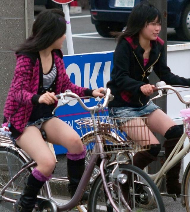 【街中パンチラ画像】JK有り★10代の自転車パンチラ総集編!パンツが見えすぎてAVの撮影に見えるwwwwww 表紙