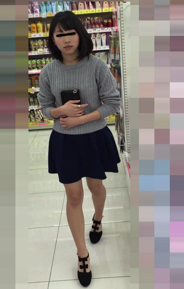 【パンチラ画像】友達の女子大生にイタズラ!スカートの中を連射で撮影!靴カメで盗撮しちゃったwwwwwww