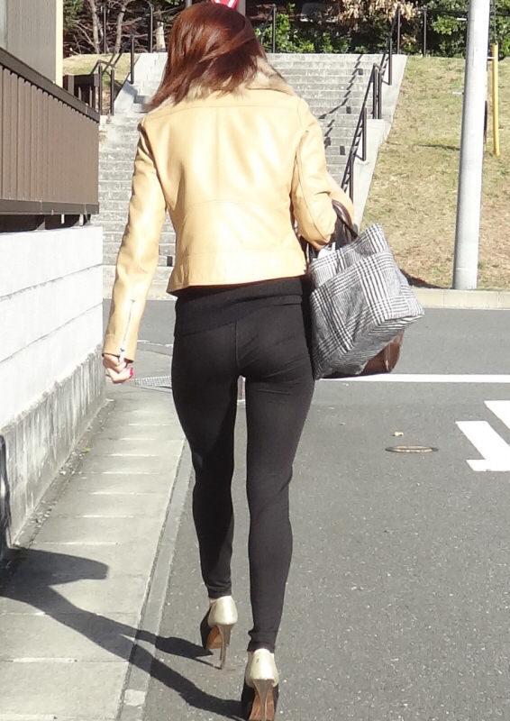 【街中チラリ画像】お尻にフィットしまくりのスリムパンツ。美尻女性をバックから視姦するwwwww 表紙
